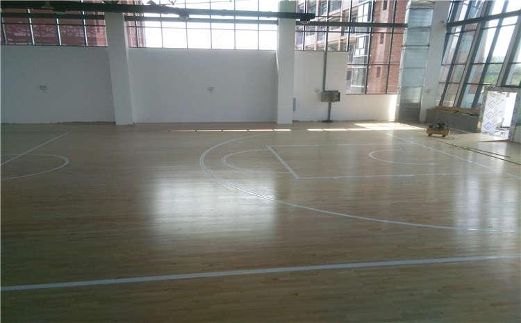 体育馆木地板起拱变形谁的错