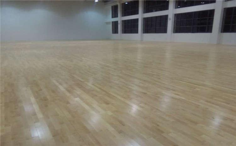 学校体育场馆铺装什么地板?