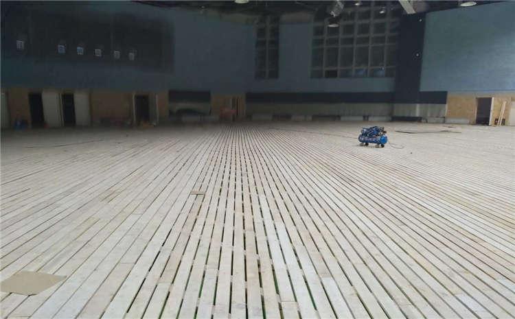篮球场木地板脚踩空空感是质量问题吗?