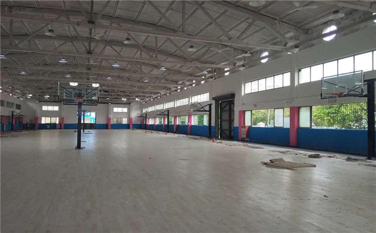 所有的体育场馆都应铺枫木运动地板么?