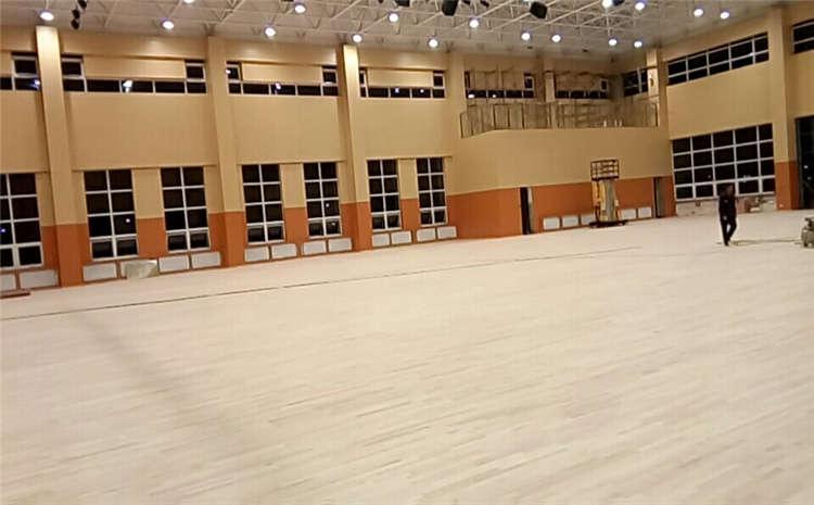 风雨操场实木地板打磨翻新