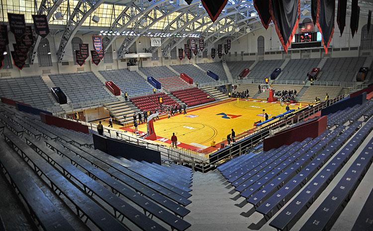 篮球场木地板都这样了别想着翻新啦