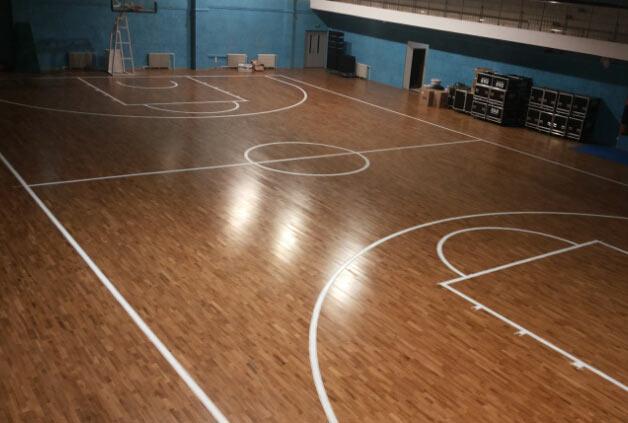 篮球运动木地板对运动员有什么帮助