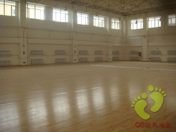 沈阳九十九中学篮球馆运动木地板铺设过程中